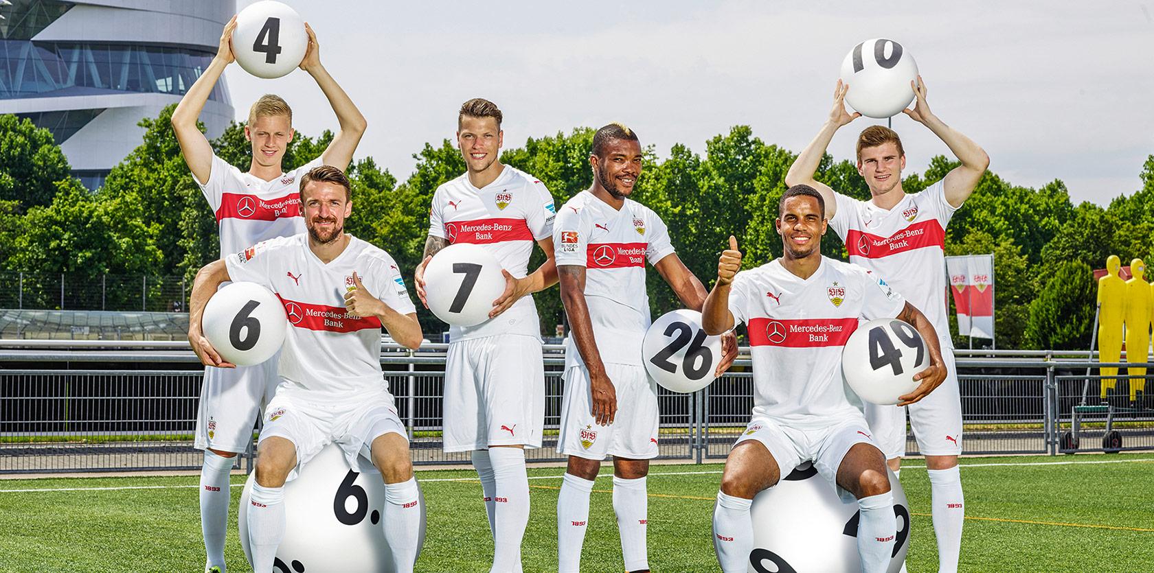 VfB Mannschaft mit Lotto Kugeln