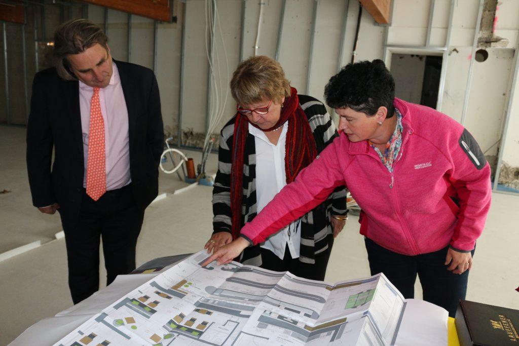 Katja Schwarz erklärt Lotto-Chefin Marion Caspers-Merk die Umbaupläne für das Ladenlokal mit Café. Lotto-Bezirksdirektor Christoph Grüber ist ebenfalls vor Ort.