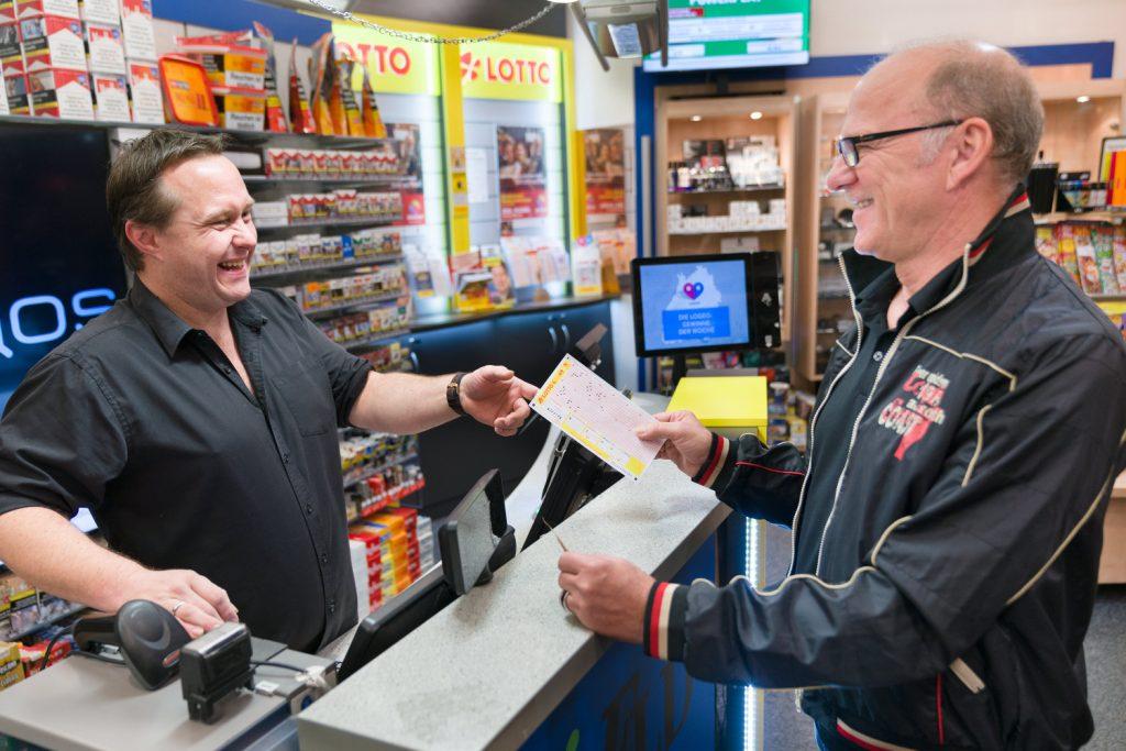Männerwelt feiert sich selber I www.traeumdichlotto.de IDer typische Lottospieler ist Ende fünfzig und gibt seinen Tippschein in der Annahmestelle seines Vertrauens ab.