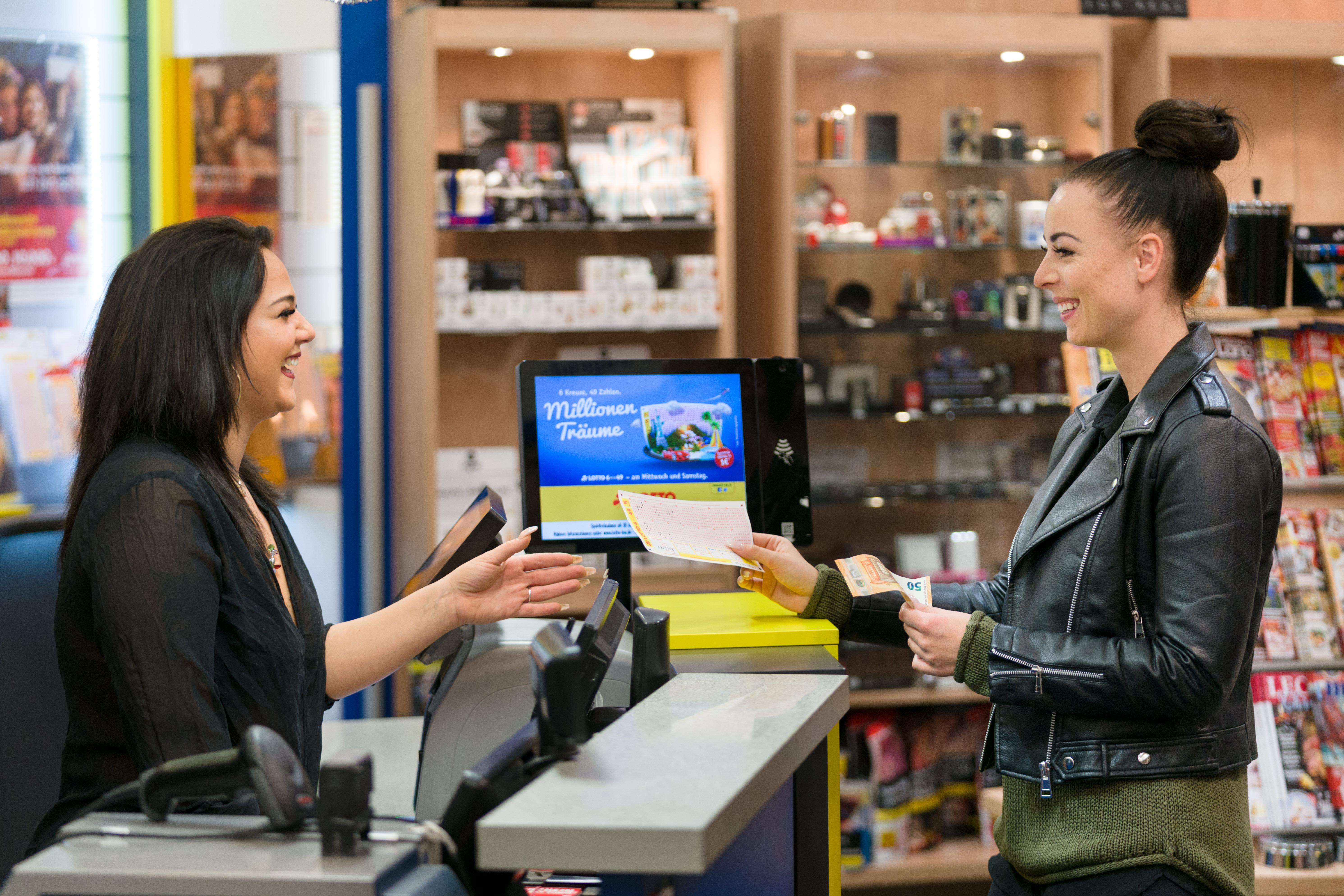 Rückgrat und Aushängeschild des Unternehmens sind die rund 3.200 lizenzierten Lotto-Annahmestellen in Baden-Württemberg. Die Annahmestellen finden sich in zahlreichen Zeitschriften-, Schreibwaren- und Tabakhandlungen, in Einkaufszentren, Supermärkten und Tankstellen.