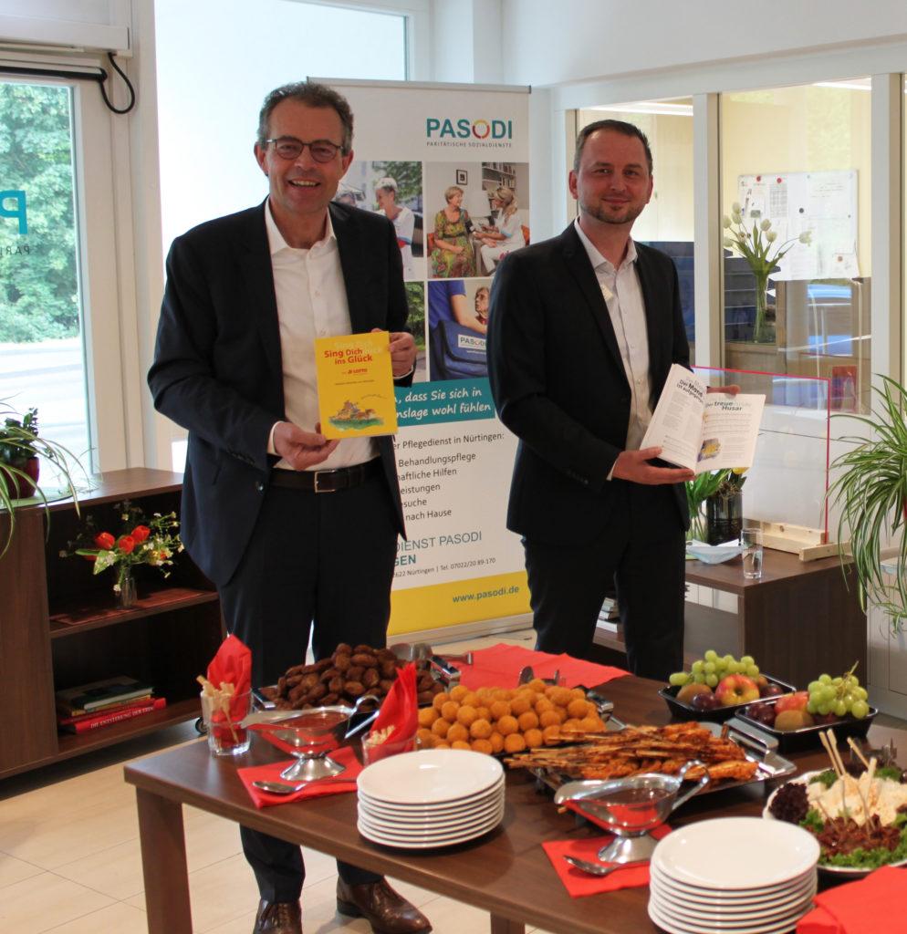 Lotto-Geschäftsführer Georg Wacker (li.) übergibt die ersten Liederbücher an Nenad Puntaric, Leiter des Seniorenheims Nürtingen.